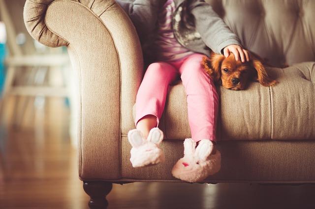 Ребенок на диване