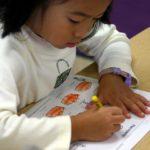 Девочка раскрашивает картинки