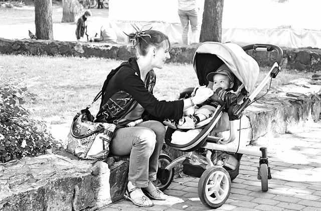 Радостный малыш довольная мама
