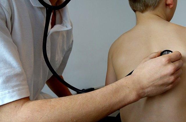 Осмотр ребенка у врача на приеме