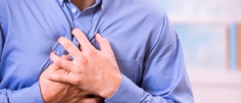 Боль в грудной клетке человека
