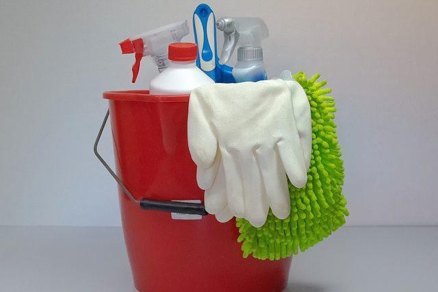 В домашних условиях очистку помещения проводит сам больной или близкие