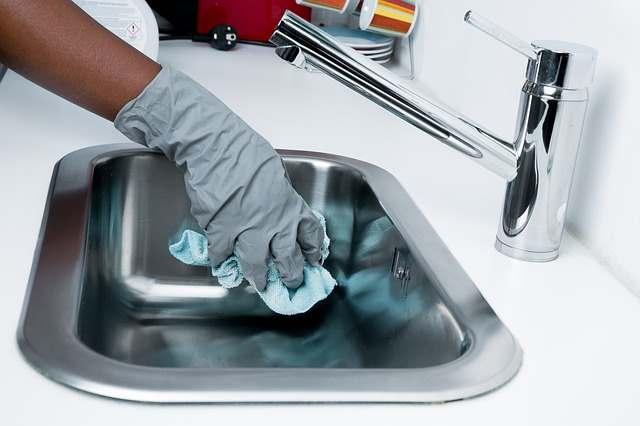 Во время уборки нужно использовать спецодежду