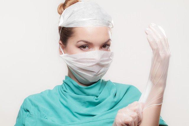 Доктор подготавливается к оперативному вмешательству