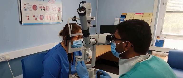 Микроскопия глаза с помощью щелевой лампы